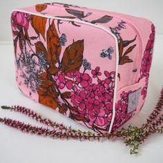 Pikkulaukku pitsillä - Ohje kehyskukkaroon tai - laukkuun - Punatukka ja kaksi karhua Denim Crafts, Fabric Bags, Lunch Bags, Tote Bag, Embroidery, Sewing, How To Make, Diy, Creativity