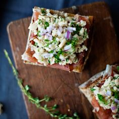 Bruschetta and Crostini ~ Strips of prosciutto top each toast and are topped in turn with a mound of creamy white beans and sprinkling of crisp red onion. If you like, serve these with the Bruschetta Duet to make a tantalizing trio. Cold Appetizers, Italian Appetizers, Appetizers For Party, Appetizer Recipes, Thanksgiving Appetizers, Party Dips, Appetizer Ideas, Thanksgiving Recipes, Paninis