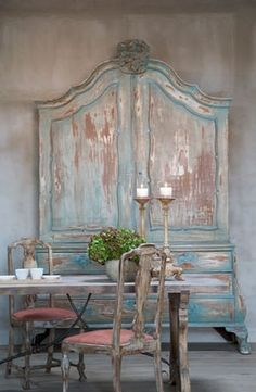 I'm not necessarily a 'shabby chic' girl, but the subtle blue and warm cocoa colors combined in this piece are beautiful. From cottageintheoaks.com.