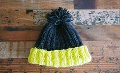 輪編み用の編み棒を使って編んでいくニットキャップ。ひとつ覚えると何通りもアレンジできそうなシンプルな形です。