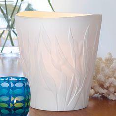 Windlicht Koralle von PartyLite, Porzellan. H: 20 cm, Ø 18 cm. Inkl. passendem, weißen Einsatz für drei Teelichter. Für Pillar-Kerzen, Escential und  GloLite Duftwachsgläser sowie Teelichter.