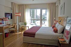 BA Sohotel, Buenos Aires. Tiene 33 suites, todas con balcón terraza. La cama, las mesas de luz, el escritorio y las sillas fueron diseñados en madera clara por el arquitecto Casado (con realización de Antequera Muebles).