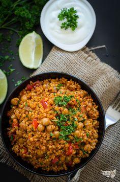 bulgur s cizrnou (pilaf) Baking Recipes, Vegan Recipes, Healthy Food Alternatives, Tofu, Fried Rice, Curry, Vegetarian, Meals, Cooking