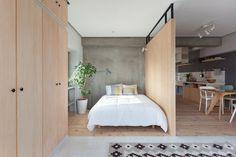 L'atelier d'architecture basé à Tokyo, Sinato, rénove cet appartement de 64 m² à Yokohama, au Japon. L'ajout d'un mur au centre intègre des étagères, un co