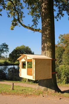 De DIY Treehouse ('De zelfbouwboomhut') van AANDEBOOM is een prefab ontwerp dat bestaat uit watervast verlijmde multiplex panelen en spanbanden. Met de panelen wordt een huisje in elkaar gezet, dat vervolgens met de spanbanden wordt gefixeerd en aan een boom bevestigd