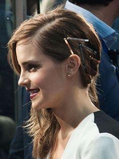 La coiffure à copier : le one shoulder à barrettes d'Emma Watson