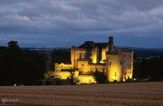 Замок лордов Рамсей – #Великобритания #Шотландия (#GB_SCT) Замок-отель Далхаузи неподалеку от Эдинбурга - излюбленное место для проведения свадеб, на которых по старой доброй шотландской традиции и жених и невеста в юбках. А еще говорят, что раньше в нем водились привидения. Было бы круто, если бы ночью кто-нибудь из сотрудников бродил по коридорам, позвякивая цепями, каждое утро на ковре в библиотеке появлялось кровавое пятно, а под окнами замка росло миндальное дерево…