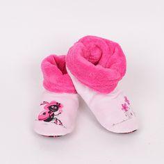 Дамски пухкави пантофки в бледо розов цвят - на единият пантоф има декорация калинка а на другият цветчета. Пантофите са подплатени от вътрешната страна с цикламен полар и по този начин предпазват краката ви от студ. Външната страна е от плюш