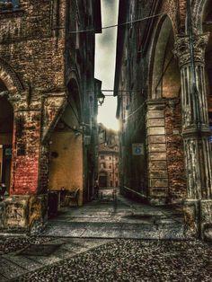 Bologna, Via Dè Pepoli... (foto di Giacomo Zannoni) Vicolo De' Pepoli traversa di via Castiglione