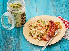 Perinteisen amerikkalaisen coleslawn haastaja on varhais- ja kukkakaalista tehty salaatti, jonka mausteena on sekä chiliä että piparjuurta. Tarjoa salaatti...