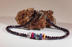 Verspielte Glasperlen-Halskette, handgefertigtes Einzelstück, 43,5 cm lang, facettierte, metallbedampfte Glasperlen mit Glanz 8 mm, gefärbte Howlith-Perlen