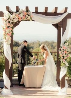 El altar de la ceremonia es el lugar más especial, donde nos decimos los votos, damos el sí y… ¡nos damos nuestro primer beso como esposos! Por esa razón es MUY importante decorarlo de una forma que nos guste mucho, ya que las fotos de la ceremonia (especialmente la del beso y los anillos) son momentos emblemáticos …
