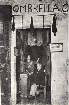 """Umbrella repairman. From """"Napoli. La cittá parla"""" di Ennio Mastrostefano (1969, Casa Editrice A. Morano di Napoli). Circa 1969."""