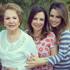 """Sandy (à dir.) dividiu com os fãs a alegria de seu primeiro dia das mães. A cantora, que está esperando o primeiro filho, posou ao lado da mãe (centro), Noely, e da avó (à esq.). Grávida de sete meses, ela divulgou a imagem no Instagram e escreveu: """"Feliz Dia das Mães!! Esse meu primeiro está muito especial... Muito amor e alegria pra todas as mães que me seguem aqui."""