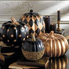 Halloween goes Creepy Chic with Goulish Glitter dusted black pumpkins.but I think they just look unusual & interesting all through Fall! Can you picture an October formal wedding using these in the decor?Black and Gold Glitter Pumpkin Halloween Chic, Table Halloween, Holidays Halloween, Halloween Pumpkins, Halloween Crafts, Halloween Decorations, Halloween Party, Halloween Recipe, Halloween 2020