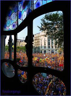 La manifestació de l'11 de setembre 2012, a Barcelona, vista des de dins la Casa Batlló, Gaudí.