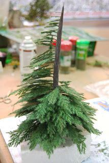 SCRATCH ESCENOGRAFIA Y MINIATURAS: Tutorial to build tree for landscape or Christmas from real life greenery - Spanish Similar to what I did for the tree in my dollhouse. I clipped off the shrub I'm using for my own Christmas tree this year. Miniature Christmas, Christmas Nativity, Christmas Crafts, Christmas Decorations, Christmas Tree, Miniature Plants, Miniature Houses, Miniature Dolls, Model Tree