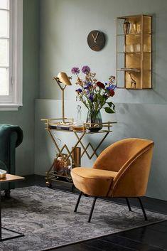 Als een vorst voelen in je eigen huis? Ga voor een #modern #klassieke woonstijl in je woonkamer! #Fluweel, #marmer en messing hebben een #stijlvolle uitstraling en zorgen meteen voor een elegante en statige sfeer. Kies voor diepe, warme kleuren als donkergroen of #mosterdgeel. Voeg uitgesproken verlichting en chique #woonaccessoires toe om deze look compleet te maken. #fonq #interieur #design
