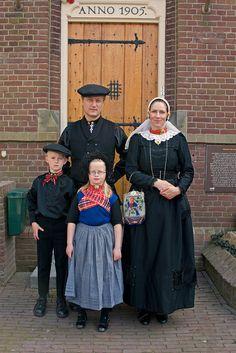 Dutch family in traditional dress. moeder: saksisch dochter: Veluwe #Gelderland #Veluwe