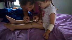Era apenas un raspón en la rodilla. Y los padres de Ashley Pacheco, de tres años, hicieron lo que hace todo progenitor: le dieron un abrazo