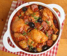 Ingrédients pour 6 personnes : 2 cuillères à soupe d'huile d'olive 8 cuisses de poulet 1 oignon 2 gousses d'ail 200 g de chorizo 100 ml de Vin blanc 2 x 400g boîtes de tomates pelées concassées Thym 2 feuilles de laurier 100 ml de bouillon de poulet 1 bonne pincée de sucre 650g de