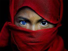 Fotograf zdokumentoval domorodý indonézsky kmeň s podivnou genetickou anomáliou, ktorá spôsobila, že im oči zmodreli. Tento kmeň žije na ostrove Buton a anomália ktorú majú nesie názov:Waardenburgov syndróm. Môže spôsobiť stratu sluchu, alebo ako v tomto prípade oslnivé, prenikavé modré oči.Ako uvidíte na fotografiách nižšie, môže to mať vplyv aj len na jedno oko, čím […] Príspevok Indonézsky kmeň s jednou zvláštnosťou vzhľadu, akou? zobrazený najskôr SvetKuriozit.sk - svet kuriozit. Electric Blue Eyes, Make Your Own Story, Indigenous Tribes, Turn Blue, Little Island, Cute Cats And Dogs, Bored Panda, Genetics, New Image