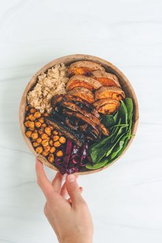 This BBQ Portobello Mushroom Quinoa Bowl is packed with colorful veggies & plant based protein, making it a delicious & nutritious dinner option! for dinner for two Champignon Portobello, Mushroom Quinoa, Whole Food Recipes, Vegan Recipes, Cake Recipes, Plat Vegan, Vegan Raw, Quinoa Bowl, Vegetarian Recipes