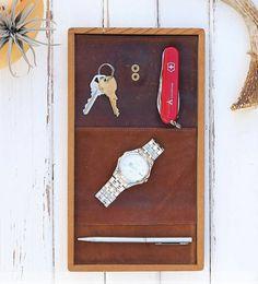 """A ótima dica de hoje é um presente incrível que você pode fazer para seu namorado, esposo... Com uma tampa de madeira e uns materiais """"velhos"""" ."""