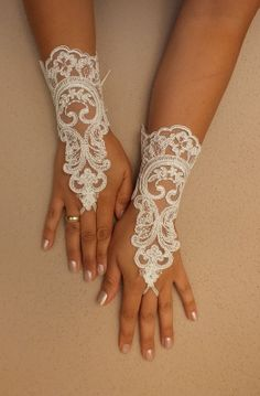 FREE SHIP, Wedding Gloves, ivory lace gloves,  Fingerless Gloves, ivory wedding gown, off cuffs, cuff wedding bride, bridal gloves, Ivory-,