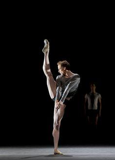Edward Watson, The Royal Ballet I love Edward Watson he is so amazing in a winters tale plus the metamorphosis oh god I'm trash Male Ballet Dancers, Ballet Boys, Ballet Class, Royal Ballet, Body Painting, Dance Magazine, Dance Academy, Contemporary Dance, Modern Dance