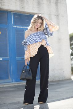 TOP CUADROS VICHY – Mi Aventura Con La Moda. Gingham off the shoulder top+navy wide-leg pants+yellow pumps+navy handbag+gold necklace. Spring Dressy Casual Outfit 2017