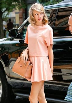 Taylor Swift Style – 54 Classy, Elegant And Casual Outfits Estilo Taylor Swift, Taylor Swift Style, Taylor Alison Swift, Taylor Swift Skinny, Taylor Swift Bangs, Look Rose, Modelos Fashion, Looks Street Style, Look Chic