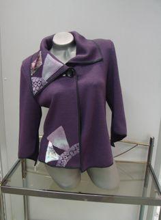 Sáčko+Sáčko+je+střiženo+netradičně.+Rukávy+jsou+3/4+a+do+špičky.+Je+zdobeno+aplikacemi+na+předním+díle+a+na+límci.+Zapíná+se+na+jeden+knoflík+u+límce. Hoodies, Sweaters, Fashion, Moda, Sweatshirts, Fashion Styles, Parka, Sweater, Fashion Illustrations