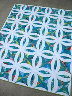 Sew Kind Of Wonderful: Metro Lattice quilt by Jenny Pedigo nice DWR Variation Quilting Projects, Quilting Designs, Quilting Tips, Lattice Quilt, Traditional Quilt Patterns, Sew Kind Of Wonderful, Wedding Ring Quilt, Wedding Quilts, Quilt Tutorials