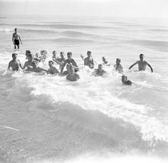 Canadian Infantrymen of the Hastings and Prince Edward Regiment swimming in the Mediterranean Sea, Sicily, Italy, August 20, 1943 / Des fantassins du Hastings and Prince Edward Regiment se baignent dans la mer Méditerranée en Sicile (Italie), le 20 août 1943