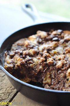 Dark Chocolate Chip Skillet Cookie ~ A quick, one-dish chocolate chip cookie, made entirely in a skillet! Skillet Chocolate Chip Cookie, Skillet Cookie, Chocolate Chip Cookies, Brownie Cookies, Just Desserts, Delicious Desserts, Yummy Food, Quick Chocolate Desserts, Chocolate Lasagna