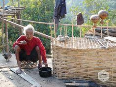 """""""We volgen hem de trap op omhoog, groeten een oude man met rode tanden wakend over zijn pompoenen en komen terecht in de huiskamer van het stamhoofd."""" Lees over onze trekking door Sopee Mai (Noord-Laos) op:  http://www.myworldisyours.nl/places/luang-namtha"""