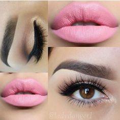 Labios rosa claro y ojos con sombras dorado claro con brillantes y delineador negro