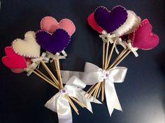 O Bouquet é composto por 10 corações de feltro em palitos de madeira, todos lixados. Cada palito tem pequeno laço em fita de gorgurão branca e para finalizar fita de cetim branca. <br> <br>O Bouquet pode ser feito na cor que desejar. <br> <br>Uma ótima opção para damas e para as noivas jogarem no dia do casamento. <br> <br>Por favor consulte as cores disponíveis.