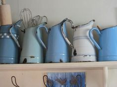 Love these enamel jugs Kind Of Blue, Love Blue, Blue And White, Country Blue, French Country Style, Country Living, Red Geraniums, Vintage Enamelware, Vintage Interiors