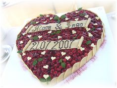 Früchte-Herz als Hochzeitstorte mit Minzblättern und kleinen weißen Schoko-Herzen als Dekoration - Fruit cake heart shaped wedding cake - Heiraten am Riessersee in Garmisch-Partenkirchen - Wedding in Bavaria