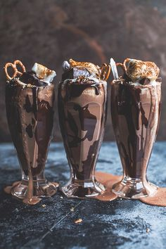 Salted Pretzel Nutella Fudge Milkshake with Malted Milk Whipped Cream for a delicious summer. I love chocolate milkshakes and this looks amazing! Nutella Fudge, Caramel Au Nutella, Nutella Donuts, Oreo Shake, Yummy Drinks, Yummy Food, Tasty, Salted Pretzel, Nutella Recipes