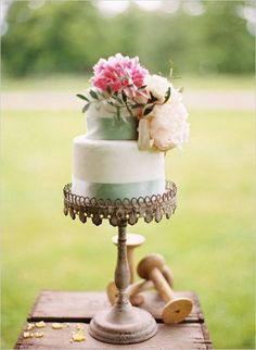 LOVE this, cake stand and all!!