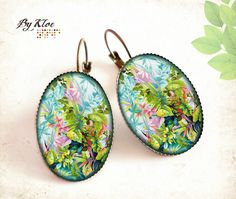Boucles d'oreilles dormeuses cabochons • Tropical • bleu vert rose jungle fleur verre