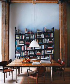 Mesa cuadrada y librería