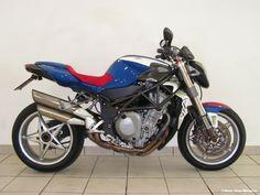 """MV Agusta Brutale 750 """"America"""" (2005) Hersteller: MV Agusta Baujahr: 2005 Typ (2ri.de): Naked Bike Modell-Code: k.A. Fzg.-Typ: k.A. Leistung: 127 PS (93 kW) Hubraum: 749,4 ccm Max. Speed: k.A. Aufrufe: 1.226 Bike-ID: 3786"""