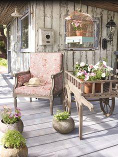 Ein Liebesbrief, gelesen auf der eigenen Veranda. Und das nicht irgendeiner. Diese mit hellem Holzboden bestückte Veranda blüht für Zwei. Können Sie auch beinahe das frisch gemähte Gras riechen? Grund für Ihre verstärkte Sinneswahrnehmung ist die Kombination aus leuchtendem Grün und dem Altrosa des luxuriösen Sessels. Ein imposanter Hauch von Frühling erwacht. Wie es sich wohl erst anfühlt, wenn Sie vom Betrachter zum Eigentümer werden?