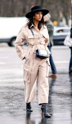 Der Frühlingstrend, den alle auf der Fashion Week trugen, beträgt nur 42 US-Dollar- Utility Jumpsuit Trend Street Style – Chanel-Tasche Fashion Me Now, La Fashion Week, Fashion Mode, Fashion Weeks, Spring Fashion, Winter Fashion, Fashion Outfits, Womens Fashion, Fashion Trends