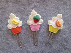 Items similar to Planner clip – Cupcake paper clip – Planner accessories – Felt bookmark – Felt paper clip – Back to school – Party Favors on Etsy - Cupcakes Felt Crafts Diy, Felt Diy, Crafts For Kids, Paper Crafts, Felt Bookmark, Bookmark Craft, Party Favors, Paperclip Bookmarks, Book Markers
