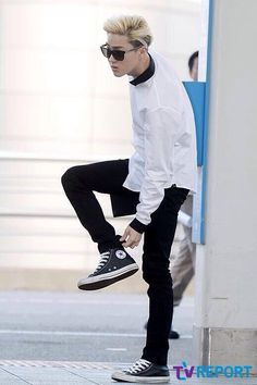 White sweatshirt over long black undershirt, pared with black skinny jeans and converse. Blonde hair on point!